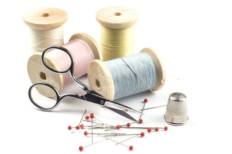Threads im Pastell mit Scheren stockbilder