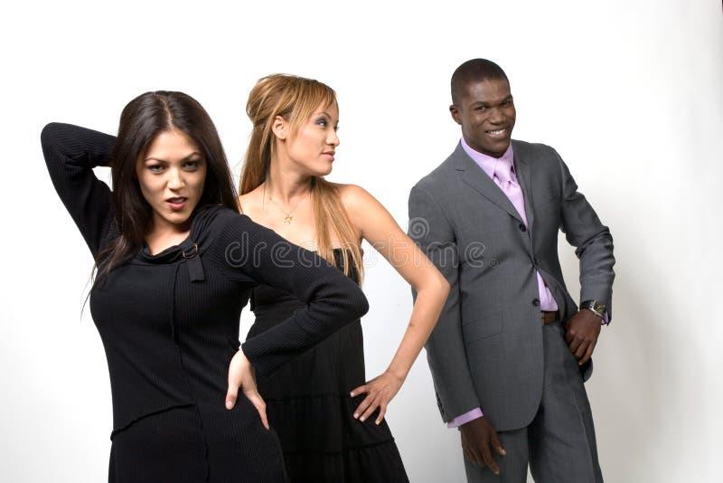 people three posing het mensen stellen drie muscular levantamento povos tres atleta meisjes haar mooi slingerend preto capelli graziosa oscillazione