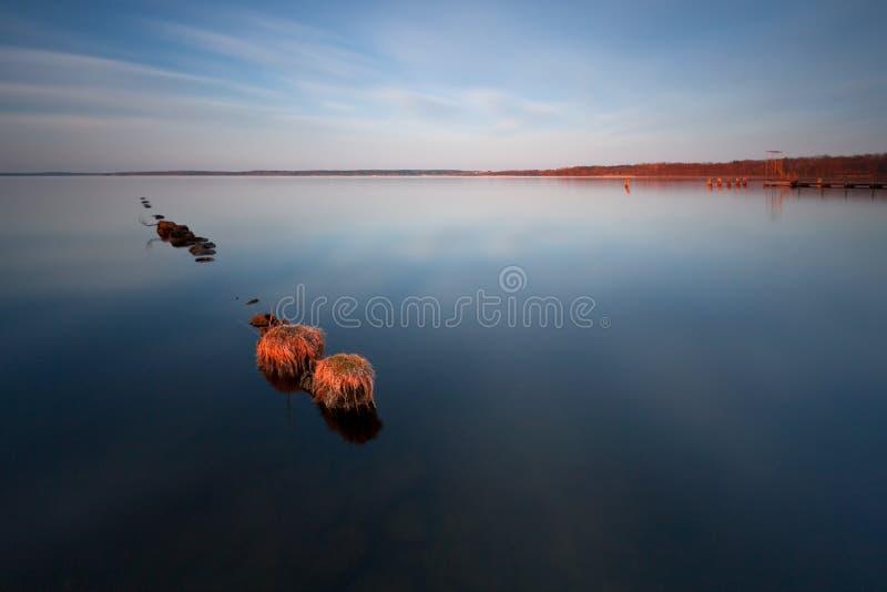 Throug de madera del embarcadero el lago foto de archivo