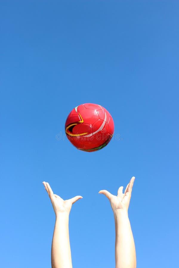 Throuwn vermelho da bola no ar imagem de stock royalty free