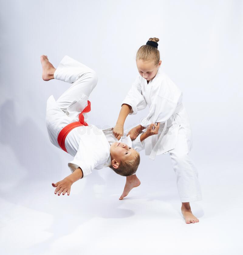 Throw Judo gör en idrottsman med vitt bälte royaltyfri bild