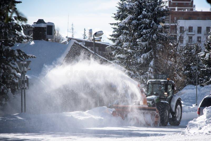 Thrower χιονιού καθαρίζοντας οδοί tracktor στοκ εικόνα