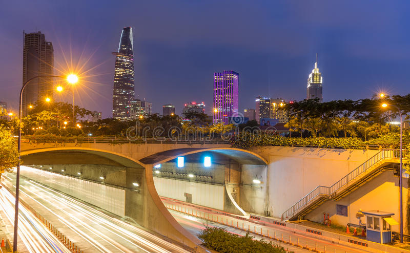 Thu Thiem Tunnel och finansiella byggnader vid natt royaltyfri fotografi
