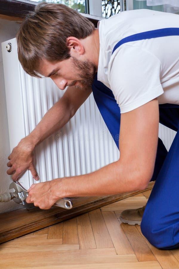Thuis bevestigend radiator stock afbeeldingen