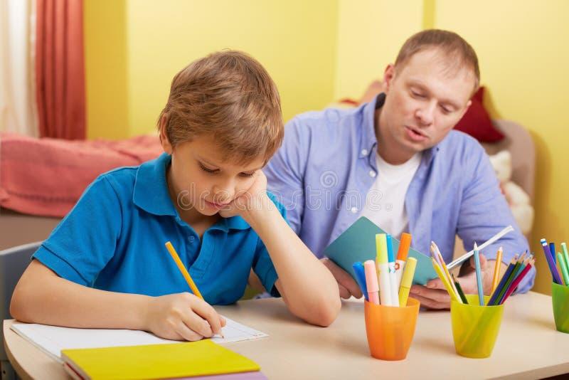 Thuis het doen schoolwork stock foto