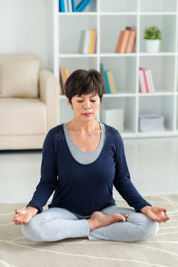 Thuis het mediteren stock fotografie