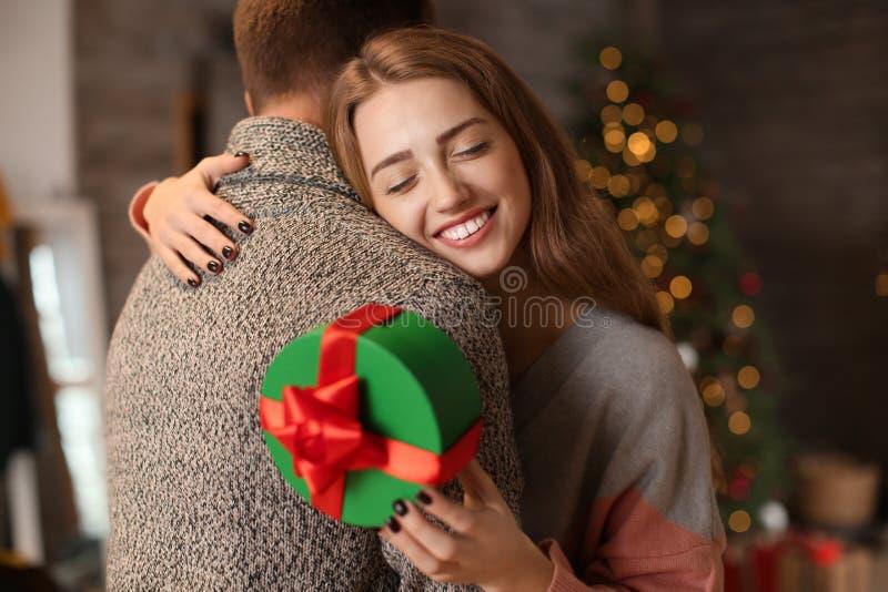 Thuis houdend van jong paar met Kerstmisgift royalty-vrije stock foto's