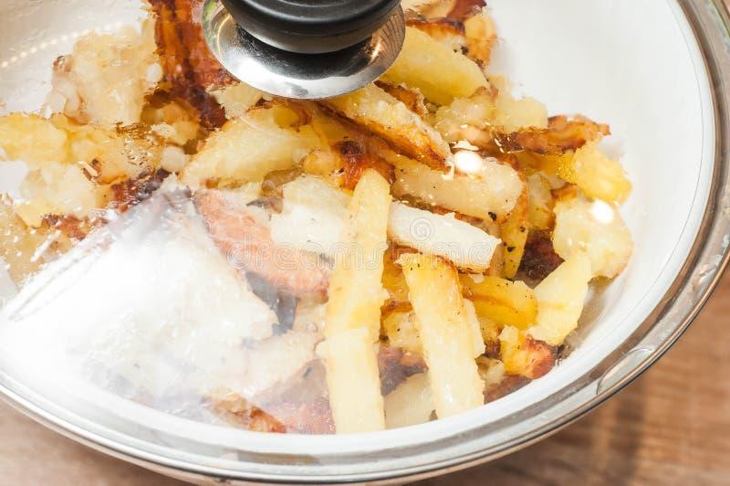 Thuis kokend gebraden aardappels als snelle snack royalty-vrije stock foto's