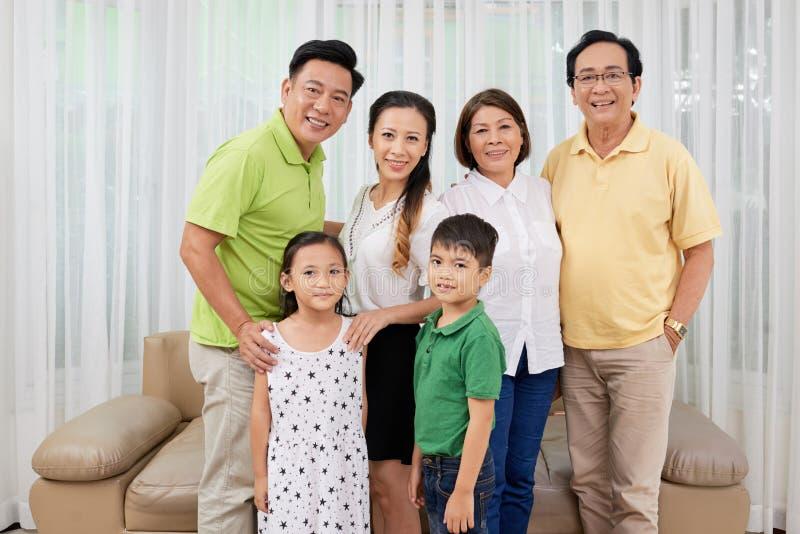Thuis verzamelde familie royalty-vrije stock foto