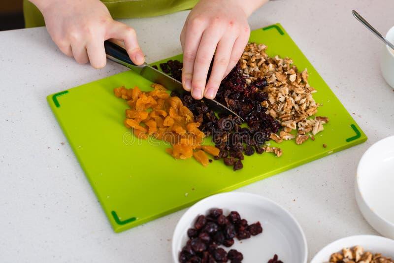 Thuis voorbereidend granola in de keuken royalty-vrije stock foto's