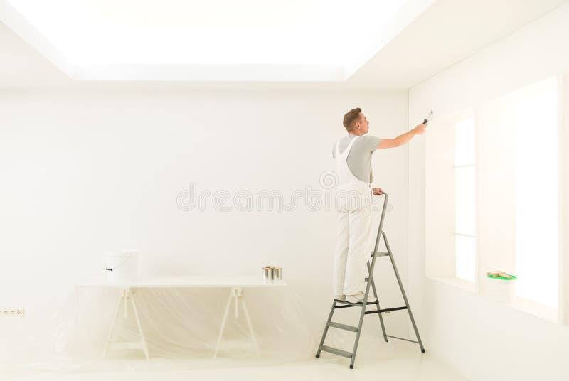 Thuiswerkmannetje op een ladder stock fotografie
