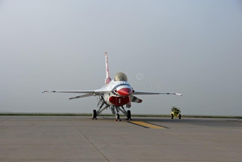Thunderbird F-16 på landningsbana med dimmabakgrund royaltyfri fotografi