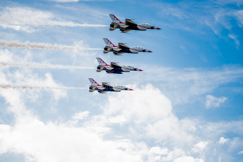 Download Thunderbirds πέρα από τα σύννεφα Εκδοτική Στοκ Εικόνες - εικόνα από αεροπλάνα, καπνός: 62708318
