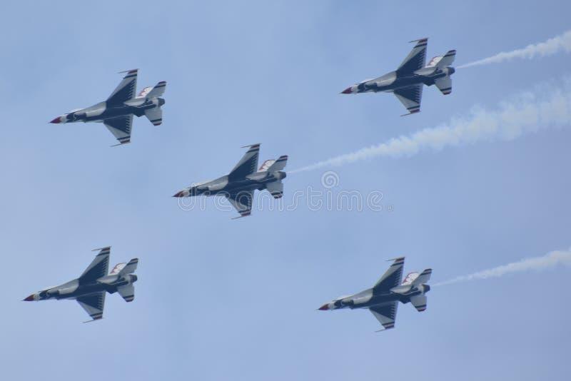 Thunderbirds da força aérea de E.U. em 2018 grande Nova Inglaterra Airshow em Chicopee, Massachusetts imagem de stock royalty free