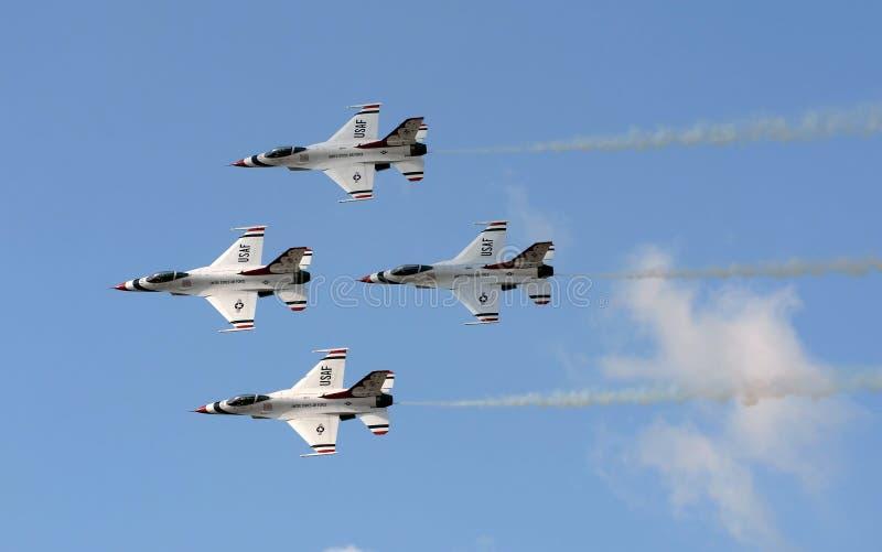 Thunderbirds da força aérea de E.U. no vôo fotografia de stock