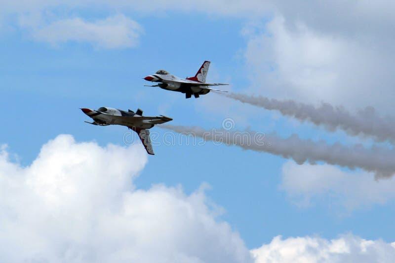 Thunderbirds de l'Armée de l'Air d'USA dans la formation étroite photos stock