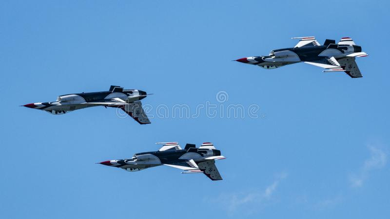 Thunderbirds del U.S.A.F. che volano sottosopra nella formazione di diamante fotografia stock