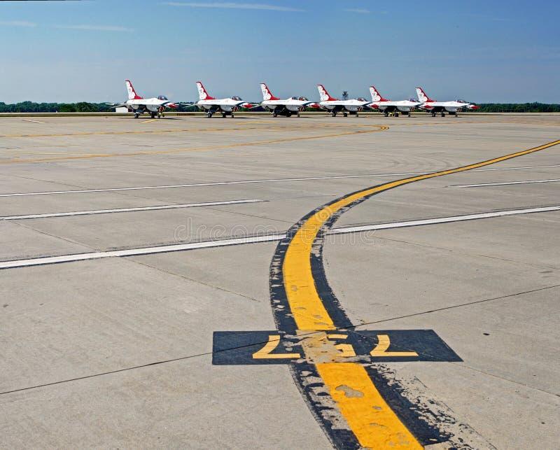 Thunderbirds för United States flygvapenF-16 på landningsbana arkivfoto