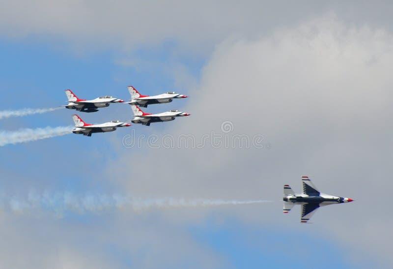 Thunderbirds stellen an der US-Luftwaffen-Staffelung dar stockfoto