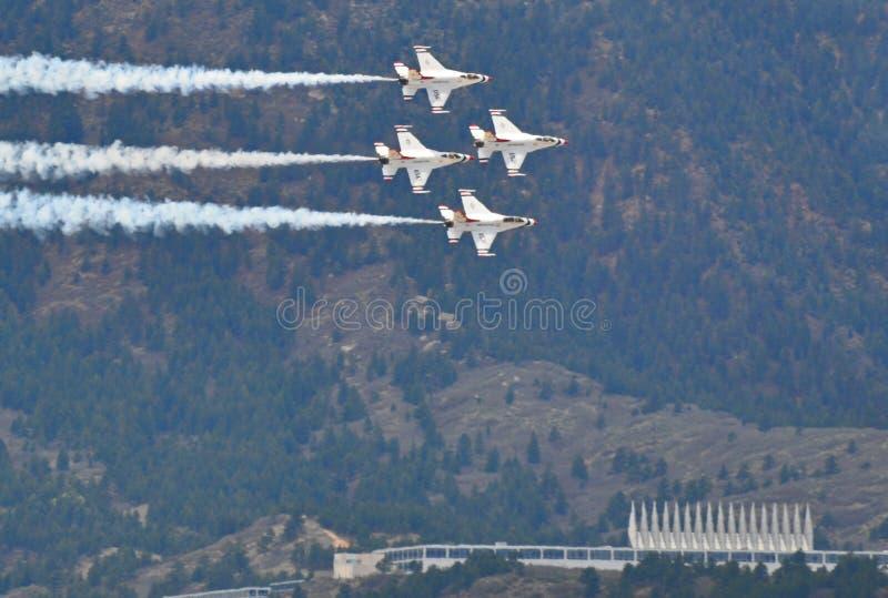 Thunderbirds stellen an der US-Luftwaffen-Staffelung dar lizenzfreie stockfotografie