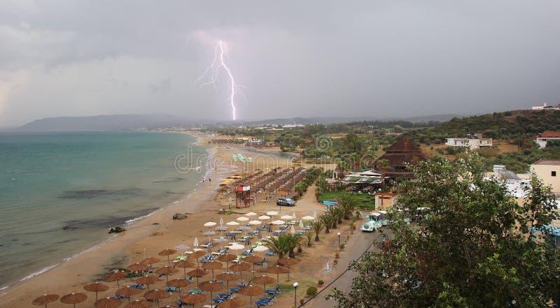 Thunderbolt над пляжем Georgioupoli Крит Греция стоковое изображение rf