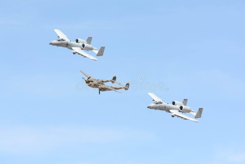 A-10 Thunderbolt II и молния Lockheed P-38 на дисплее стоковая фотография