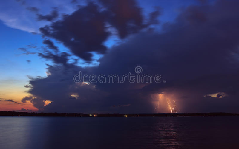 Thundercloud омрачает солнце стоковое фото rf