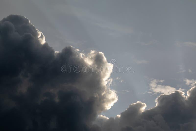 thunderclouds Niebo po deszczu pi?kne chmury Dramatyczna burza chmurnieje z słońce promieniami fotografia stock