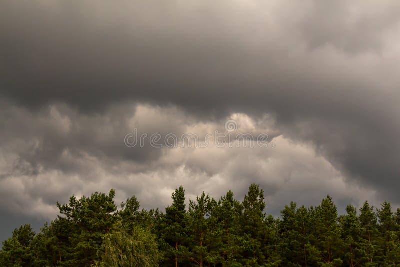 thunderclouds Scène excessive Le soleil est englouti par des nuages images stock