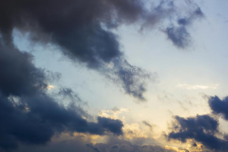 Thunderclouds z chmurami na niebieskim niebie po deszczu obrazy stock