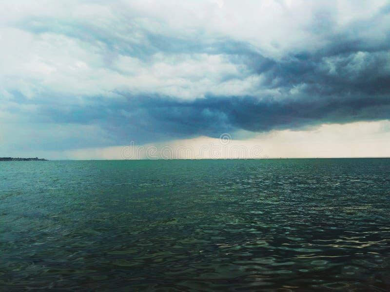 Thunderhead που έρχεται πέρα από το στενό Kerch στοκ εικόνες