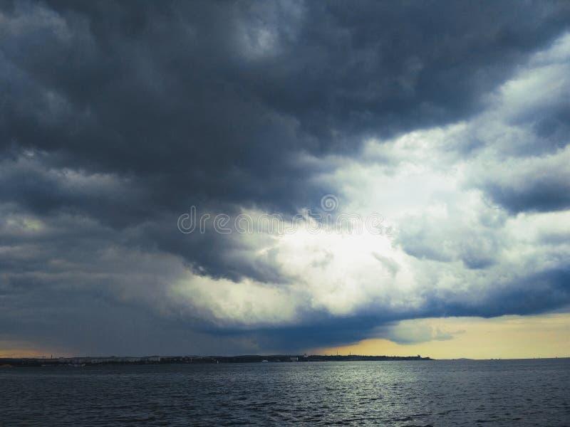 Thunderhead που έρχεται πέρα από το στενό Kerch στοκ φωτογραφίες