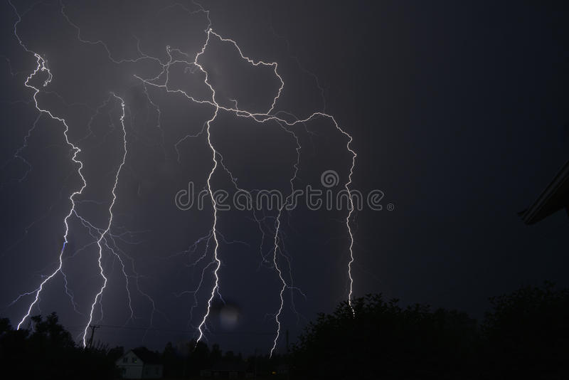 Thunderstorm med blixt royaltyfri bild