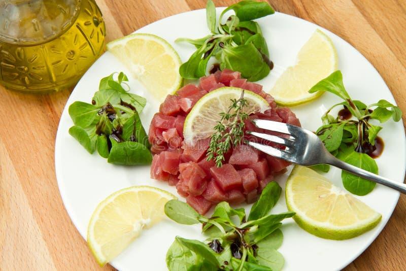 Thunfisch tartare lizenzfreie stockbilder