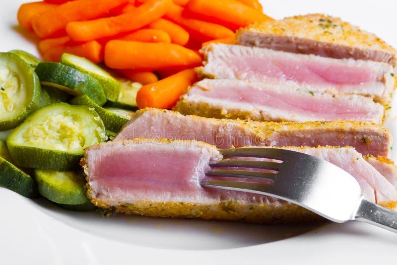 Thunfischleiste mit Gemüse stockbild