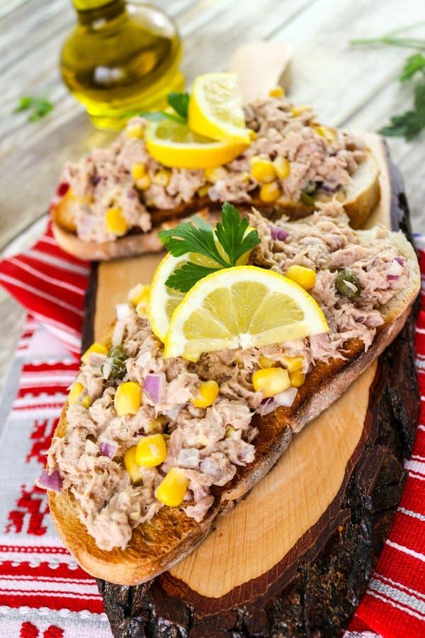 Thunfischsalat auf Toastbrot, Thunfischsandwich stockfotos