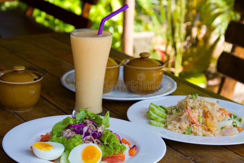 Thunfischsalat, Reis mit essbaren Meerestieren und Cocktail lizenzfreies stockfoto