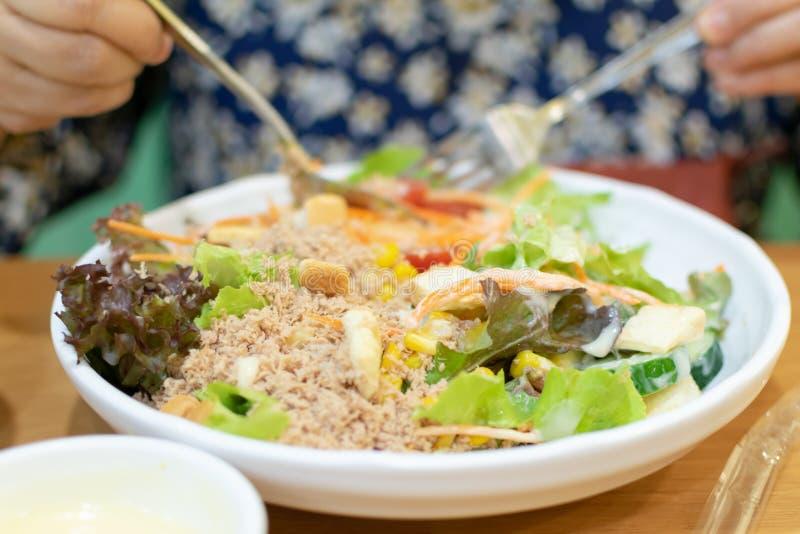 Thunfischsalat wird gemischt lizenzfreies stockbild
