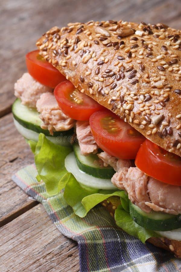 Thunfischsandwich mit Kopfsalat, Tomaten, Gurken und Zwiebeln stockfotografie