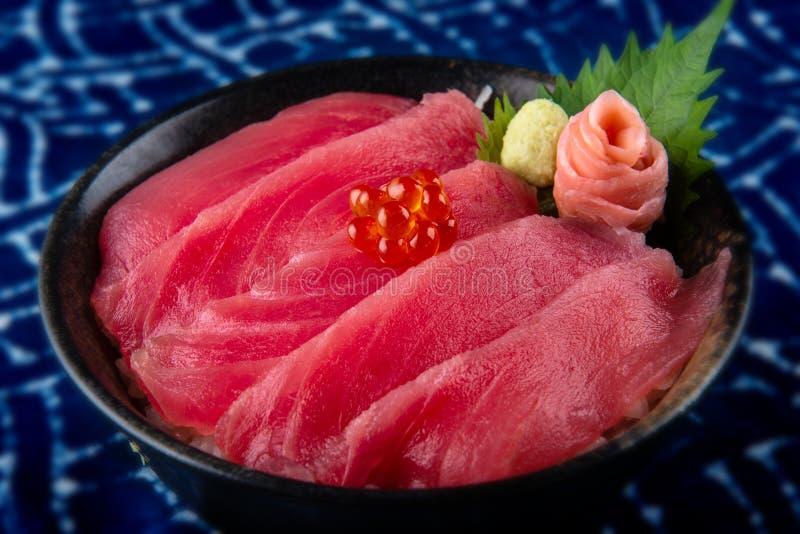 Thunfischsashimi mit Reis- und salmondrogen auf Spitze oder maguro ziehen in der Nahrung der japanischen Art an lizenzfreie stockfotos