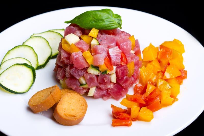 Thunfischweinstein mit frischer Zucchini und Pfeffer lizenzfreie stockfotos