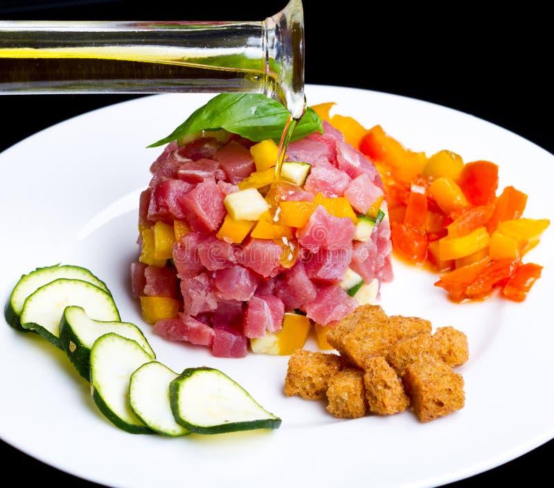 Thunfischweinstein mit frischer Zucchini und Pfeffer lizenzfreie stockbilder