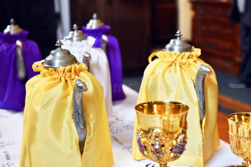Thurible para o incenso decorado com tela amarela e roxa imagem de stock royalty free