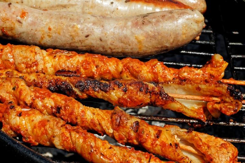 Thuringian kiełbasa i inny mięso na ogrodowym grillu obraz royalty free