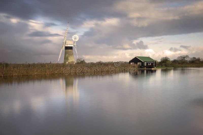 Thurne-Windmühle auf den Norfolk-broads lizenzfreie stockbilder