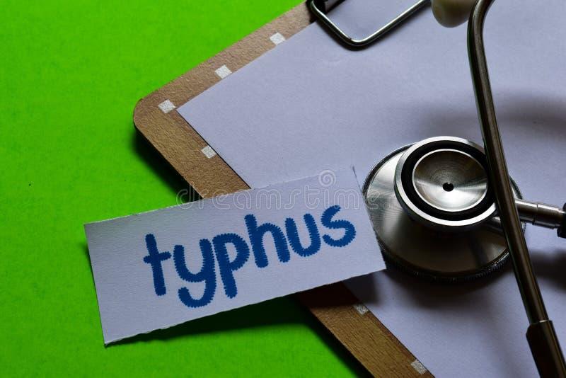 Thypus auf Gesundheitswesenkonzept mit grünem Hintergrund lizenzfreie stockfotografie