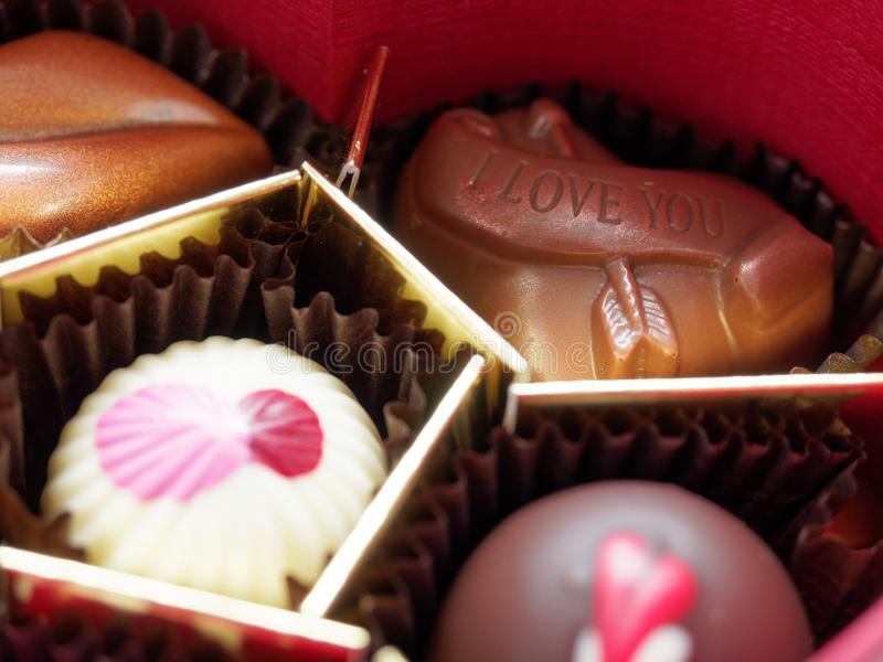 Ti amo cioccolato del biglietto di S. Valentino in contenitore di regalo con profondità di campo bassa fotografia stock libera da diritti