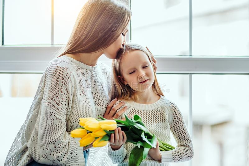 Ti amo così tanto! Madre e figlia di amore che si siedono sul davanzale della finestra a casa immagine stock libera da diritti