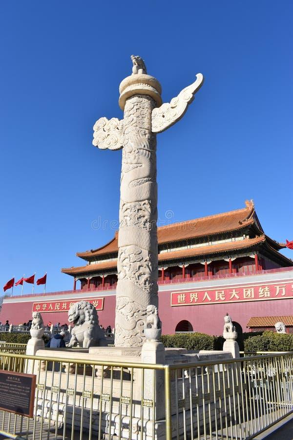Tian «anmen Obciosują blisko Niedozwolonego miasta w Pekin z dużą bielu kamienia rzeźbą, Chiny fotografia stock
