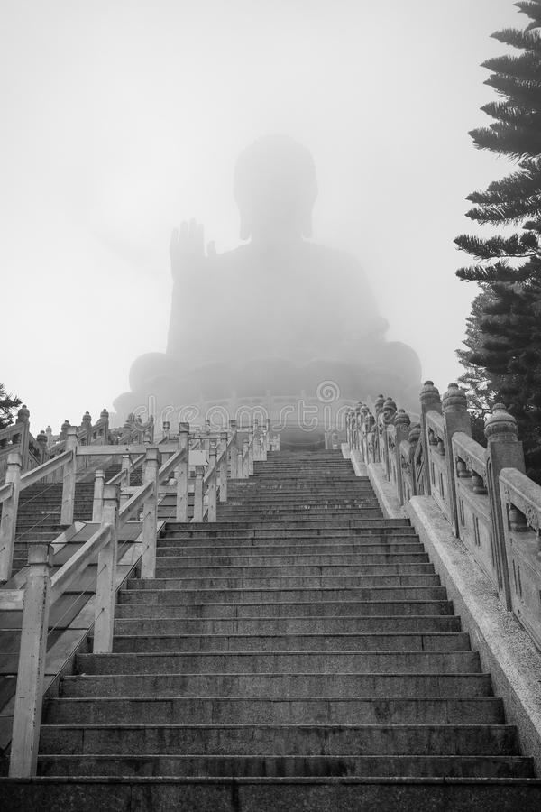 Tian Garbnikuje Buddha lub Dużego Buddha w mgle zdjęcie stock